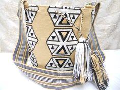 Worldwide shipping. Whatsapp: +573154833188 - Pin: 7a85e20e - www.artemalu.com Tapestry Bag, Tapestry Crochet, Crochet Bags, Color Inspiration, Macrame, Cool Designs, Anna, Purse, Boho