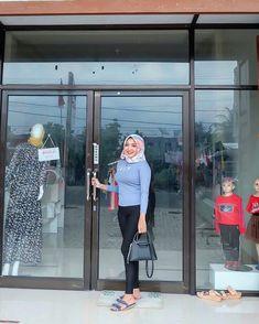 "Lia Chintya Pratama di Instagram ""Comentlah💃"" Casual Hijab Outfit, Hijab Chic, Hijab Pins, Hijab Fashionista, Beautiful Muslim Women, Girl Hijab, Coat, Sexy, Instagram Posts"