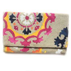 -BOLSO FOLK- Bolso fabricado artesanalmente con tela estampada en tonos azules, magenta, naranja, amarillo y blanco sobre fondo crudo,  y forro de tela lisa en color morado. Tiene bolsillo interior, trabillas para colgar la cadena dorada que incluye. Medidas: 30 cm ancho x 19 cm alto. #BolsodeMano #FadVonDaiz #BolsoFolk  #Accesorios #Estilo
