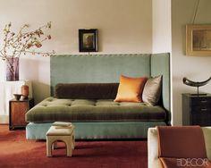 Para aislar de ruido y temperatura exterior pretendo entelar paredes. Hacer la pared del cabecero con otra tela o el controno del sofá , es una idea que me llama la atención.