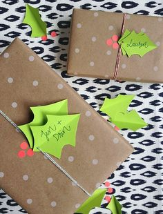 Love this modern holly berry gift topper idea for Christmas #giftwrapping