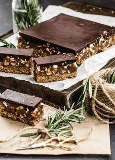 Universal gifting /-/ Nutty bucklinis caramel slice – The Moonblush Baker Desserts Crus, Raw Vegan Desserts, Vegan Treats, Vegan Snacks, Raw Food Recipes, Sweet Recipes, Delicious Desserts, Dessert Recipes, Yummy Food