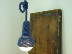 Lame, hanglamp met 1 meter snoer, gehaakt in marineblauw (via etsy 90 euro)