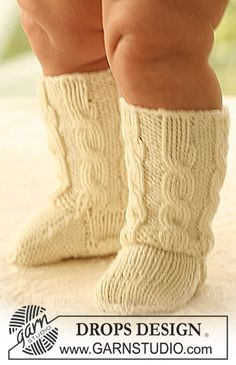 "DROPS baby socks with cable pattern in ""Merino Extra Fine"". Baby Knitting Patterns, Knitting For Kids, Baby Patterns, Crochet Patterns, Crochet Socks, Knitting Socks, Crochet Baby, Free Knitting, Drops Design"