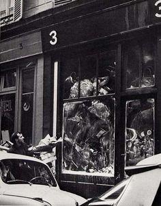 """ARMAN """"Le plein"""" (exposition),galerie d'Iris Clert,  1960 Paris artiste célèbre pour ses accumulations"""