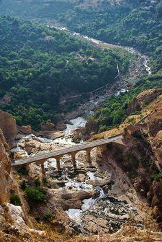 Pontes cruzando a ravina na  cidade milenar de Constantine, na Argélia.  Fotografia: Cybjorg no Flickr.