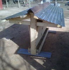 outside feeders . feed stays nice and dry if there is a rain Chicken Garden, Backyard Chicken Coops, Chicken Coop Plans, Chickens Backyard, Bird Feeding Station, Shade Grass, Chicken Feeders, Chicken Tractors, Keeping Chickens