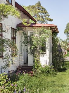 Affordable And Effective Cottage Garden Designing Methods For Your Home Your home is your world, and much like the world around us, looks are important. Swedish Cottage, Swedish House, Cottage Garden Design, Home And Garden, Country Life, Fresco, My Dream Home, Future House, Interior And Exterior