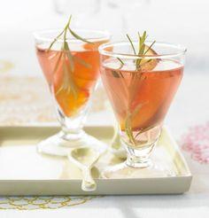 Der perfekte Start für ein perfektes Dinner! Roséwein, Pfirsich, Rosmarin und Zitrone - himmlisch gut!