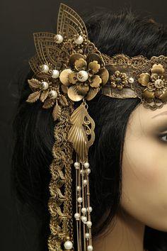 Eindrucksvoll bezauberndes Haarband, das seine Trägerin märchenhafte Anmut verleiht und in eine ferne Welt entführt. Über und über mit zarten Blumen,