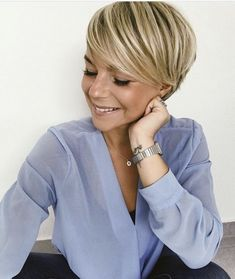 No big surprise that women love the blonde pixie hairstyles! Short hair may look marvelous on all face shapes, and it's productive. Short Hair Cuts, Short Hair Styles, Pixie Cuts, Blonde Pixie Hair, Short Blonde, Pelo Pixie, Haircuts With Bangs, Pixie Hairstyles, Women Pixie Haircut