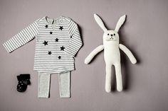 Een setje bedrukt met sterren: lichtgrijze legging met gestreept witte t-shirt met lange mouwen en zwarte sokjes. #Noppies