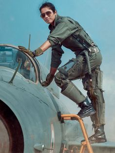 Lt Bhawana Kanth, Second Indian Female Fighter Pilot climbs ladder to enter cockpit of her Bison Female Pilot, Female Soldier, Jet Fighter Pilot, Fighter Jets, Indian Army Special Forces, Air Force Uniforms, Air Force Women, Indian Army Wallpapers, Indian Air Force