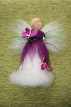Víla Orchidej - cca 25 cm Víla je filcovaná jehlou na sucho z barvené ovčí vlny, vysokácca 25 cm. Dozdobena orchidejkami. Víla je určena pouze pro dekoraci,lze zavěsit do dětského pokojíčku, ale není to hračka. Prosím neprat, možno jemně oluxovat či otřít vlhkým hadříkem.