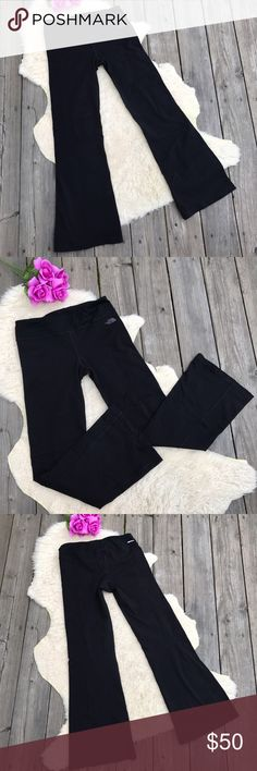 The North Face Yoga Pants! Sz M The North Face Pants! Sz M •Yoga pants style •EUC •Has slight flare on legs •TNF logo on pant front •Hidden key pocket in waist The North Face Pants Boot Cut & Flare
