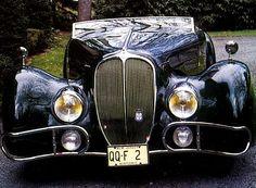 La Delahaye Type 165, cette ancienne voiture fut produite en 1938, cette Delahaye Type 165 de 1938 mesure 1.69 mètres de large, 4.55 mètres de long, et a un empattement de 3.21 mètres.