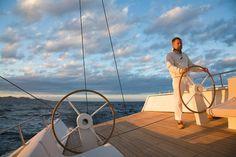 Luca Brenta hat dem Segeln eine neue Ästhetik verliehen. Schnell, grazil und durchgestaltet bis ins Detail fliegen seine Boote über das Wasser, ohne sich in antiquierter Seemannsoptik zu verirren.
