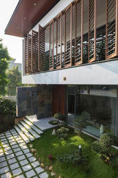 Image 4 of 22 from gallery of House of Light Wind / Ray Architecture Viet Nam. Photograph by Hoang Le Modern Tropical House, Tropical Design, Tropical Houses, Design Exterior, Patio Design, Door Design, Bungalow House Design, Modern House Design, Tropical Architecture