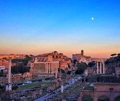 Ah! Alguém sabe onde são meus lugares preferidos para ver  o Fórum Romano com o Coliseu de fundo?  Aqui mais uma das minhas dicas: Quando for ao Campidoglio desce a Via del Campidoglio... De lá a vista é essa de dia... alias é a vista no horário do por do sol! . De noite ja tem uma foto  mais antiga. Se quiserem ver é so descer um pouco nas fotos! :) . Lembre-se que nós fazemos o seu roteiro personalizado em Roma organizamos o seu transfer do/para o aeroporto e também sua hospedagem…