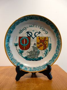 NIEUW DELFTS BATAVIA VOC 1619 - 1919 | Collectors Weekly A commemorative plate from the De Porceleyne Fles v/h Joost Thooft en Labouchère, Delftsch Aardewerkfabriek. The plate is about Trade & Colonisation. It commemorates 300 years of the VOC in Asia : de Vereenigde Oost-Indische Compagnie or the United East India Company, the world's first multinational and the first megacorporation. 'de cost gaet voor de baet uit' The design of the plate is attributed to Adolf Le Comte. Painted by Leon…
