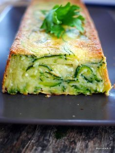 gateau invisible au courgette et parmesan - Pint Veggie Recipes, Vegetarian Recipes, Cooking Recipes, Healthy Recipes, Think Food, Love Food, Food Porn, Food And Drink, Nutrition
