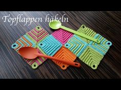 Topflappen I totally fell in love with these magical pot holders and crocheted several of them. Crochet Kitchen, Crochet Home, Free Crochet, Knit Crochet, Loom Knitting, Baby Knitting, Crochet Hot Pads, Crochet Potholders, Running Stitch