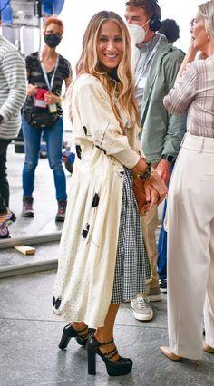 Kristin Davis, Sarah Jessica Parker, Terry De Havilland, Gossip Girl Reboot, City Outfits, And Just Like That, Norma Kamali, Polka Dot Blouse, Carrie Bradshaw