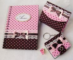 O kit Mimo II é confeccionado em cartonagem. É composto por 3 peças:  - porta moedas:  * tamanho 8,0x7,0x3,0cm;  * forrado interna e externamente com tecido 100% algodão;  * fecho com botão de pressão;  * decorado com rendinhas e fitas nas cores que combinam com os tecidos.    - chaveiro post it:  * tamanho 5x5x4,5x1,3cm;  * fecho com botão de pressão;  * forrado com tecido 100% algodão;  * decorado com rendinhas e fitas nas cores que combinam com as cores dos tecidos.    - caderneta de ...