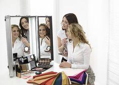 FRISUREN MIT ANTI-AGING- EFFEKT  Nicht nur Hautpflege und Make-up entscheiden darüber, wie jung eine Frau aussieht. Auch die Frisur spielt eine entscheidende Rolle. Bei Frisuren mit Anti-Aging-Effekt kommt es auf Schnitt, Farbe und Styling an. #antiaging #frisurenüber50