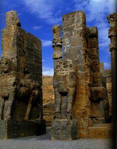 Porte de tous les Pays, aux taureaux colossaux a tete humaine, Persepolis, Persepolis, Perse Antique, Orient, Pottery Art, Iran, Mount Rushmore, Culture, Mountains, History