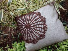 Capa almofada em tecido com aplicação crochet (somente Frente).  Medidas: 45x45    Feito a mão.