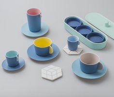 """Gathering Series couleurs pour table par Chiandchi Studio """"Vaisselle réalisé en s'inspirant de l'astronomie mais rappelant fortement par ses forme et couleurs la dînette de notre enfance"""""""