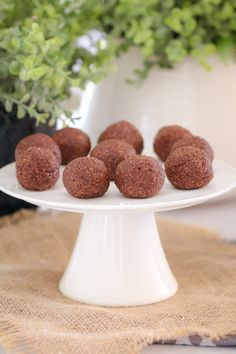These Chocolate Mint Bliss Balls are the perfect healthy and guilt-free treat! Just 10 minutes prep time, freezer-friendly. and totally delicious! If you've been visiting Bake Play Smile for a Fun Desserts, Delicious Desserts, Yummy Food, Healthy Muffins, Healthy Treats, Healthy Food, Healthy Chocolate, Mint Chocolate, Lunchbox Kids