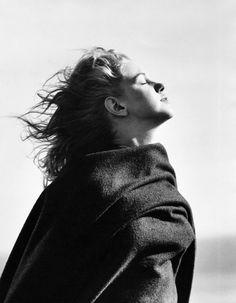 До того как она стала известна, Мэрилин Монро знали по имени Норма Джин Догерти. В 1946 году вместе со своим любовником фотографом Андре де Дине она отправилась на пляж Малибу, где 20-летняя будущая знаменитость позировала для этой серии фотографий. Как рассказал фотограф: «Ей было двадцать и она ещё не испытала опьянение от славы, но уже…