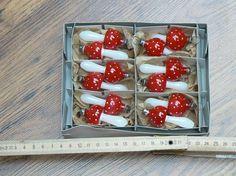 Vánoční foukané ozdoby - Dodnes módní a překrásné. Skleněné foukané vánoční ozdoby ve tvaru muchomůrek. Jedna stála 3 Kčs, krabice byla po dvanácti kusech. Prodává se za 399 Kč.