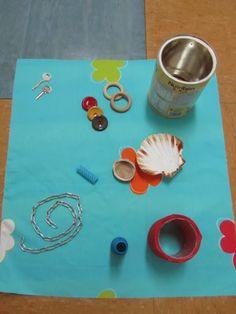 La mitad del grupo de niños de 1-2 años en su aula, con Montse, realizan JUEGO HEURÍSTICO utilizando diferentes materiales para explorar, m... Reggio, Baby, Heuristic Play, Games, Sensory Bins, Sensory Activities, Toddler Activities, Infant Activities, Preschool Activities