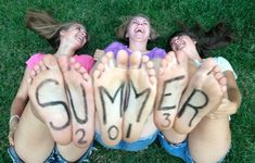 Write on your feet and take pictures with your best friends for summer. love this idea for summer! Best Friend Pictures, Bff Pictures, Cool Pictures, Friend Pics, Artsy Photos, Cute Photos, Best Friend Photography, Photography Ideas, Best Selfies