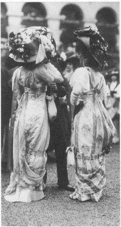 1909: Ladies at a horse race.