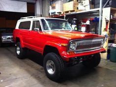 77 Jeep Cherokee. 78 was the last year for that grille style. 79 brought with it a plastic grille with horizontal louvres and lots of emission parts. My 79 was a weird mutt which included an AMC 360, GM steering column, Ford 2 barrel carb, turbo 400 tranny and Borg-Warner Quadratrac transfer case hooked up to front and rear Dana 44s.