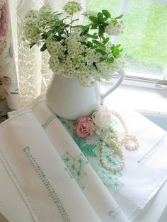 Vintage Runner Embroidered White and Green by mailordervintage
