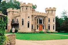 Would you like to live in a modern castle house plans? When you first look at this house, you will immediately be intrigued by its great design Castle House Plans, Castle Homes, Modern Castle House, Small Castles, Tudor House, Mansions Homes, Medieval Castle, Small House Plans, Townhouse