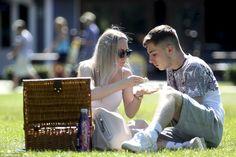 Ao ar livre: Um homem e uma mulher desfrutar do clima quente hoje em Stratford Upon Avon, ...