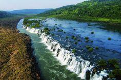 Salto do Iucumã: a cachoeira de 3 km que corre paralela ao rio Também conhecidas como Grande Salto Moconã, as cachoeiras não seguem a trajetória normal das quedas de água como estamos acostumados a ver. Elas correm ao longo da extensão de um rio que vai derramando água pelo lado em um desfiladeiro.