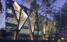 Robustos perfis metálicos formam a estrutura aparente do Pavilhão e Auditório Rafael dei Pino, na capital espanhola.