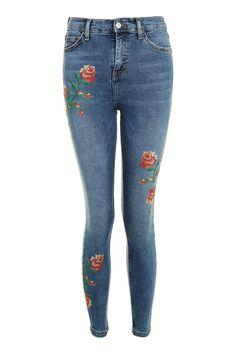 מכנסי ג'ינס ג'יימי בגזרת סקיני עם דיטייל רקמת פרחים. בד דנים היי-סטרץ', סט של חמישה כיסים וסגירת רוכסן קדמי. 92% כותנה, 5% פוליאסטר, 3% אלסטן.