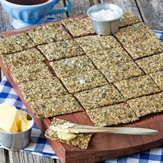 Glutenfritt fröknäcke med olika sorters frön Raw Food Recipes, Low Carb Recipes, Baking Recipes, Enjoy Your Meal, Healthy Snacks To Make, Swedish Recipes, Foods With Gluten, Gluten Free Baking, Bread Baking
