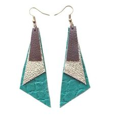 Brinco Geométrico em couro verde, dourado e marrom Diy Earrings, Leather Earrings, Leather Jewelry, Leather Projects, Small Leather Goods, Easy Gifts, Designer Earrings, Bronze, Ideias Fashion