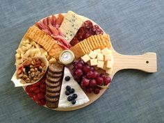 Tablas De Picoteo | Albarikoque Party Food Platters, Food Dishes, Party Snacks, Appetizers For Party, Halibut Recipes, Bistro Food, Charcuterie And Cheese Board, Food Garnishes, Food Presentation