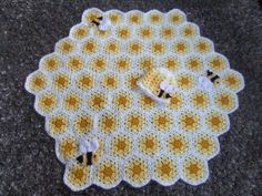 Buzzy Bee Baby Blanket with Matching Hat Free Pattern. What a great design! This is adorable