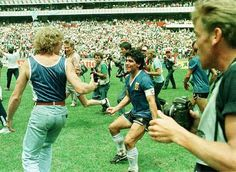 Diego festejando el pasaje a semifinales de México 1986, luego de la victoria de Argentina a Inglaterra por 2 a 1 (22/06/1986)